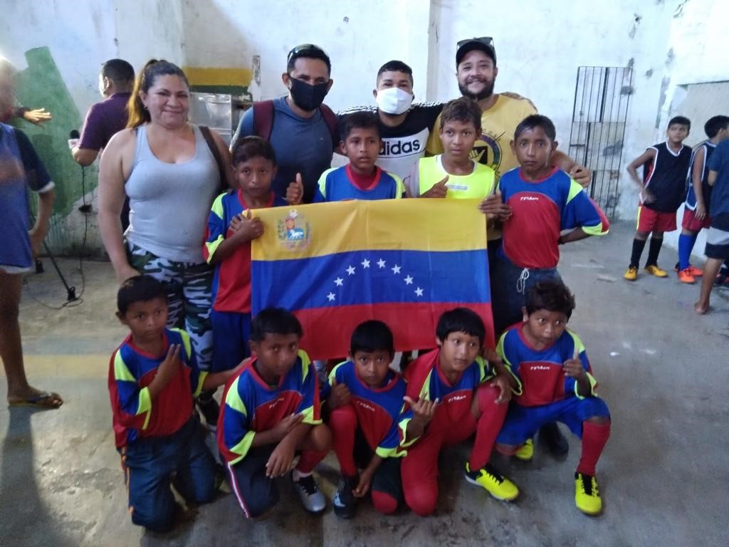 Equipe vencedora do torneio de futebol do Programa Bom de Bola