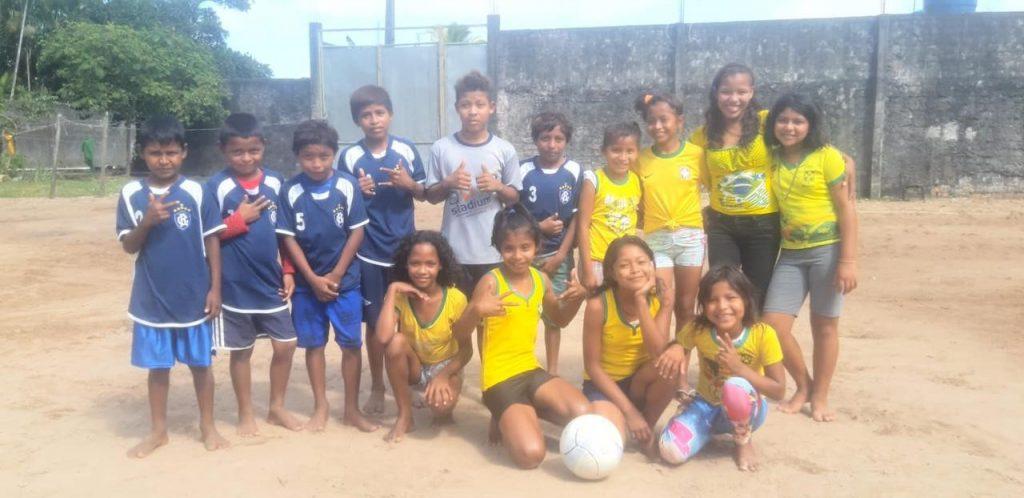 Crianças warao em atividade esportiva na área do abrigo, em Belém